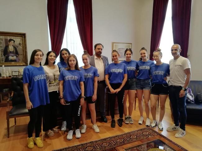 """Τον Δήμαρχο Βέροιας επισκέφθηκε η ομάδα Χιπ Χοπ """"Overthose"""" του τμήματος Ρυθμικής Γυμναστικής του Φιλίππου Βέροιας πριν από την αναχώρηση της για την Αμερική"""
