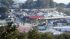 Με μετακινήσεις από στρατόπεδο σε στρατόπεδο, αλλά και με απελάσεις απαντά στον εγκλωβισμό προσφύγων και μεταναστών