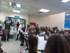 Τα κάλαντα έψαλλαν στο Γηροκομείο και το Νοσοκομείο Νάουσας οι μαθητές του Λαππείου Γυμνασίου
