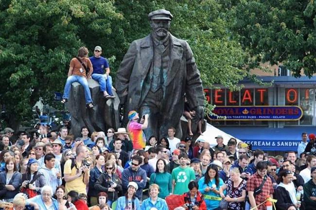 Υπάρχουν και αυτά τα αγάλματα που δεν γκρεμίστηκαν στις ΗΠΑ!