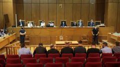 Η διευθυντική ομάδα της Χρυσής Αυγής οδηγείται στη φυλακή. Αναστολή σε 12 άτομα