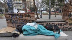 Ο Ιαβέρης ζει! Επέβαλαν πρόστιμο 300 ευρώ σε άστεγους για… παράβαση των μέτρων!