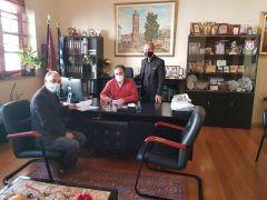Υπογραφή δύο συμβάσεων για την ανακαίνιση δαπέδων σε γήπεδα ποδοσφαίρου και μπάσκετ
