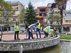 Καλλωπισμός και φυτεύσεις λουλουδιών σε κεντρικά σημεία της Νάουσας από μέλη της Δημοτικής Κοινότητας Νάουσας και εθελοντές