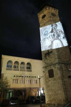 Τα χρώματα της Ελληνικής Σημαίας δεσπόζουν στο κτίριο του Δημαρχείου, στο Ρολόι και στην Πλατεία Καρατάσου στη Νάουσα