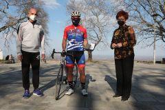 Τιμητική πλακέτα από τον Δήμο Νάουσας στον αθλητή ποδηλασίας Αναστάσιο Λάλα για την συμβολική διαδρομή 200 χιλιομέτρων που διένυσε, με αφορμή την επέτειο 200 ετών από την Ελληνική Επανάσταση