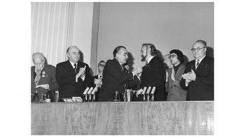"""Οταν ο Γιάννης Ρίτσος τιμήθηκε με το βραβείο """"ΛΕΝΙΝ"""""""