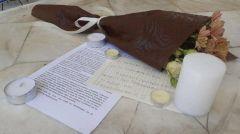 ΕΚΛΕΓΜΕΝΟΙ ΜΕ ΤΗΝ «ΠΑΝΣΠΟΥΔΑΣΤΙΚΗ ΚΣ»: Λουλούδια στη μνήμη της συμφοιτήτριάς τους Καρολάϊν από φοιτητές στο Πανεπιστήμιο Πειραιά