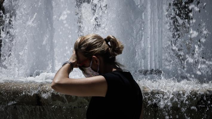 «Βράζει» η χώρα από τις υψηλές θερμοκρασίες, αλλά η κυβέρνηση αναλώνεται σε συστάσεις «αυτοπροστασίας»