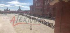 Καθημερινά χιλιάδες φίλαθλοι περιμένουν υπομονετικά στην ουρά να επισκεφτούν το Μαυσωλείο του Λένιν