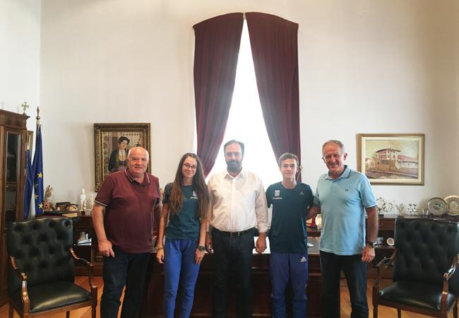Νεαροί αθλητές του στίβου στο Δήμαρχο Βέροιας ενόψει της συμμετοχής τους στους Ολυμπιακούς Αγώνες Νεότητας