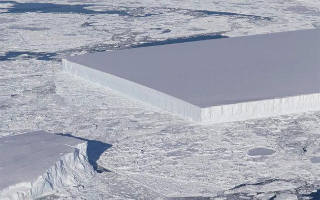 Ένα τέλειο ασυνήθιστο γεωμετρικό παγόβουνο φωτογράφισε η NASA στην Ανταρκτική