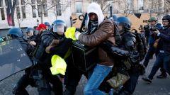 ΠΑΜΕ: Καταγγέλλει την βάρβαρη επίδειξη αυταρχισμού της γαλλικής κυβέρνησης