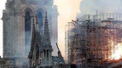 Η φωτιά στην Παναγία των Παρισίων έσβησε αλλά οι κίνδυνοι παραμένουν για το ιστορικό μνημείο